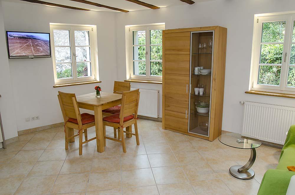 Wohn-/Essbereich mit Küchenzeile - Apartment Biengarten, Gästehaus Meerspinne