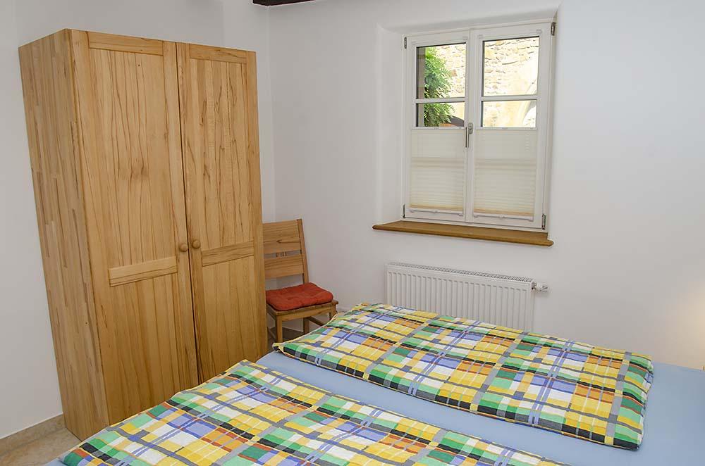 Schlafzimmer mit Doppelbett & Kleiderschrank - Apartment Biengarten, Gästehaus Meerspinne