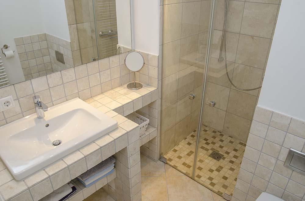 Bad mit Dusche, WC - Apartment Biengarten, Gästehaus Meerspinne