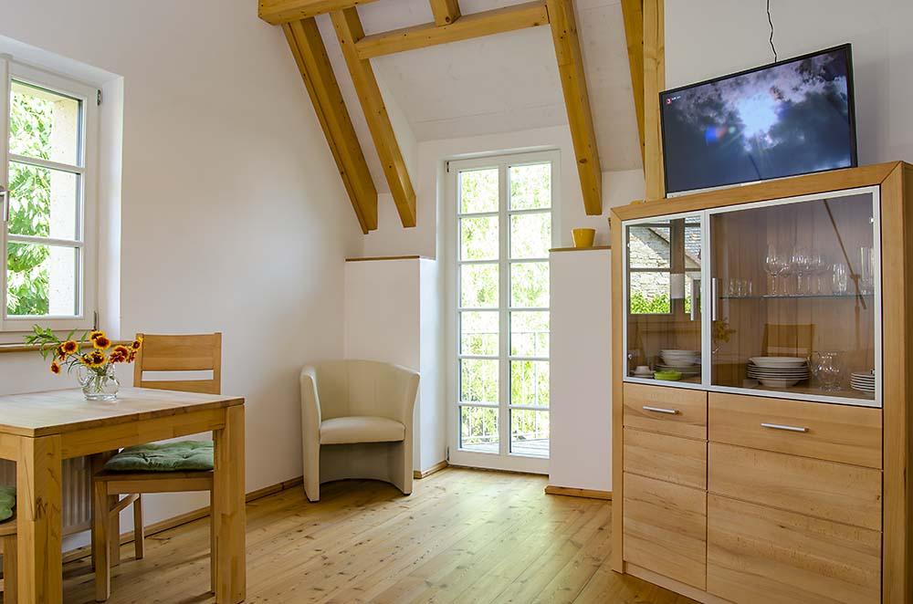 Wohn-/Essbereich mit Zugang zum kleinen Balkon - Apartment Idig, Gästehaus Meerspinne