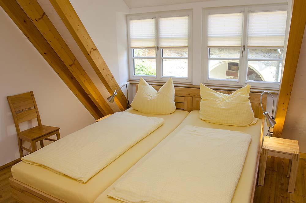 Schlafzimmer mit Doppelbett und Kleiderschrank - Apartment Idig, Gästehaus Meerspinne