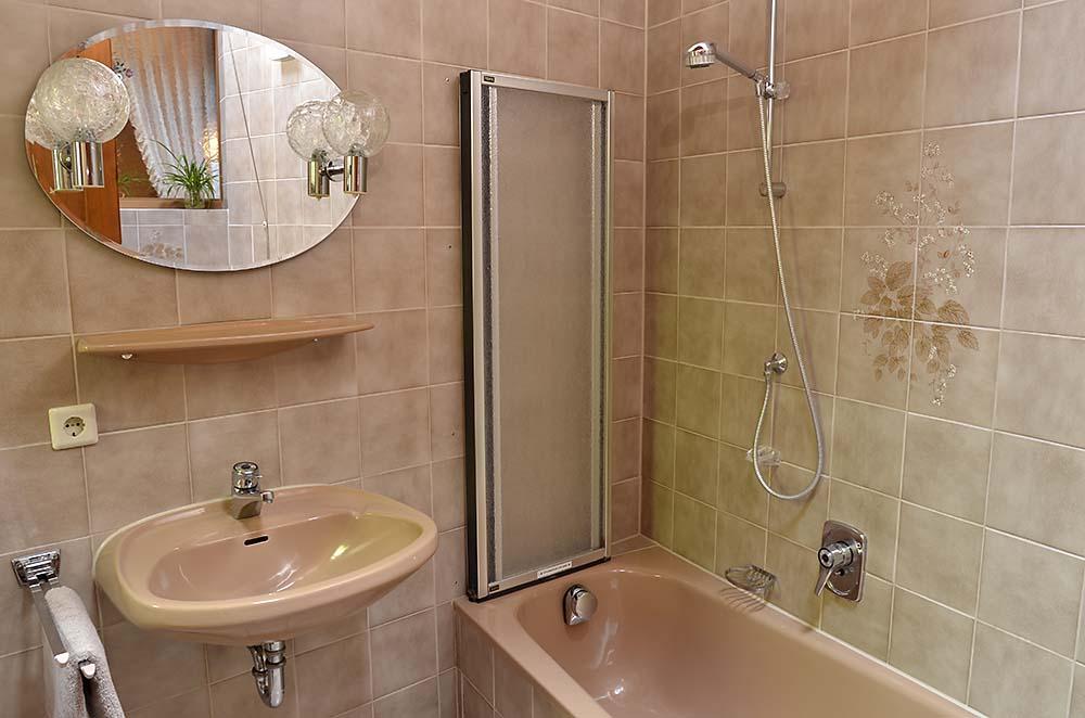 Bad 1 mit Dusche, Badewanne, WC - Fewo Meerspinne, Gästehaus Meerspinne