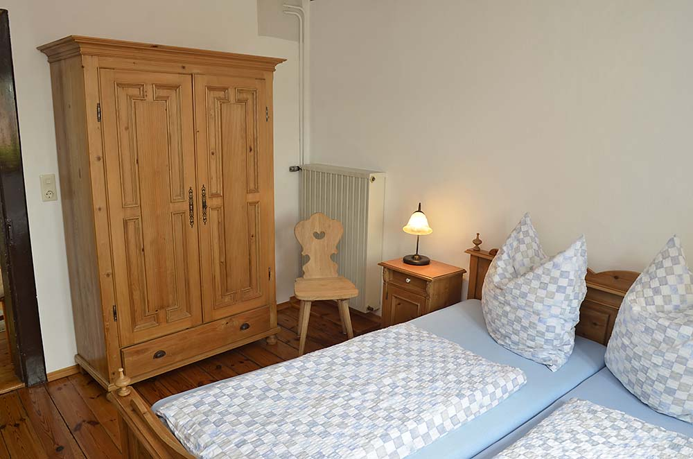 Schlafzimmer 1 mit Doppelbett & Kleiderschrank - Fewo Meerspinne, Gästehaus Meerspinne