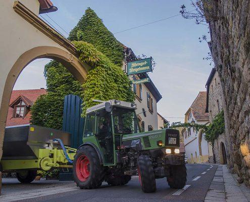 Der gefüllte Erntewagen wird in den Hof gefahren.